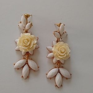 White flower dangle earrings new with tags